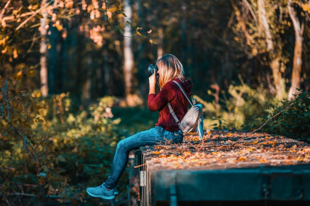 Ung fotograf i naturen