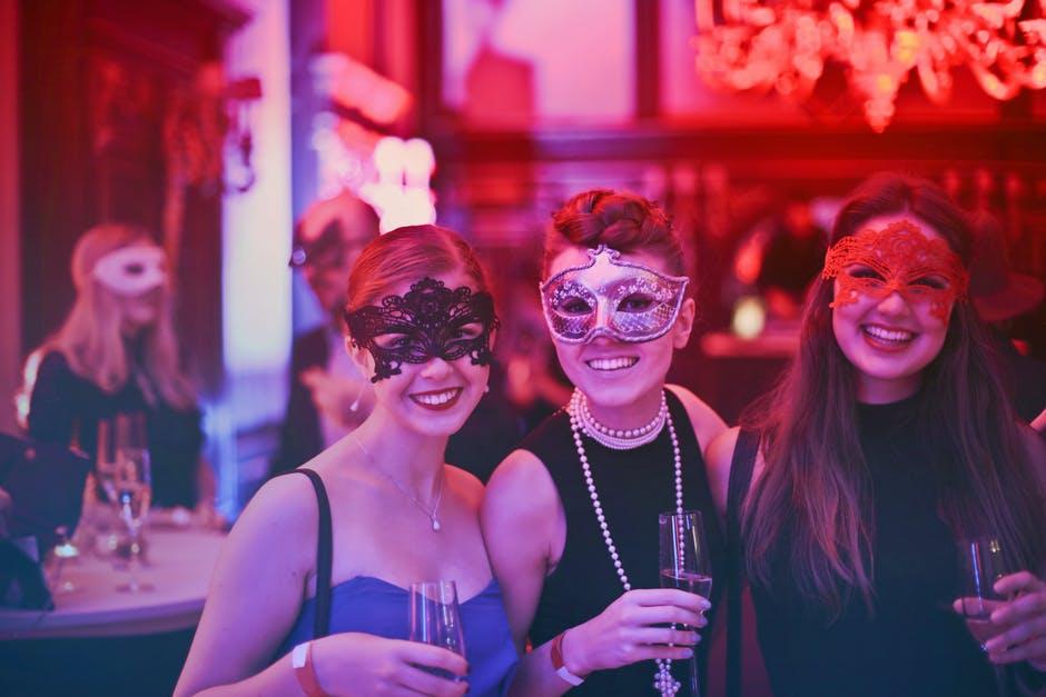 Piger med masker